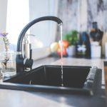 Wasserhahn mit Spüle schwarz