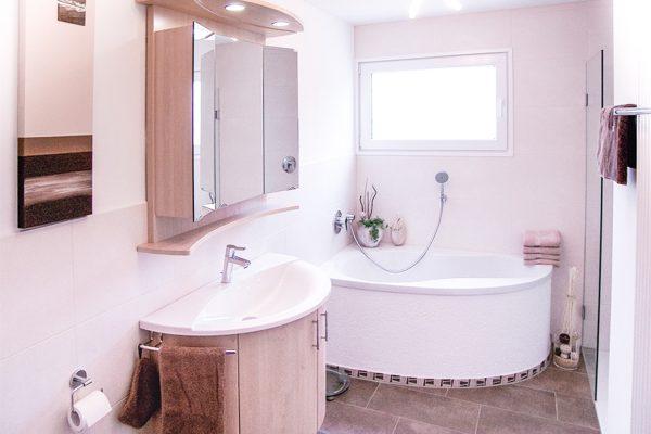 Badewanne eck, Waschtisch und Spiegelschrank Buche