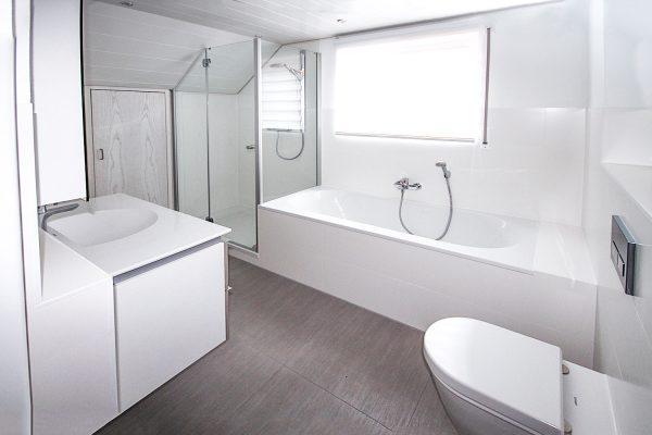Bad modern, neue Fliesen, neues WC, neue Badewanne, neuer Spültisch